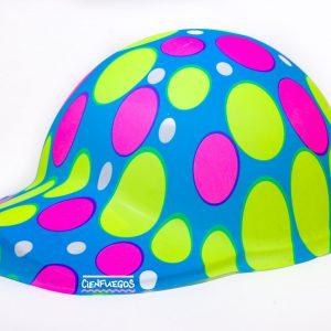 GORRO CON VISERA FLÚO – Gorro de plástico flúo con diseños surtidos